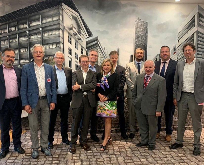 Τα στελέχη που συμμετείχαν στη διεθνή συνάντηση εργασίας για τους κινδύνους φωτοβολταϊκών εγκαταστάσεων, στα γραφεία της INTERAMERICAN.