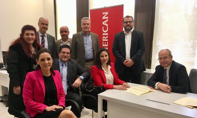 Ο Τάσος Ηλιακόπουλος, γενικός διευθυντής Πωλήσεων και Marketing, ο Μανώλης Κούτης, διευθυντής Πωλήσεων και οι Βαγγέλης Θωμόπουλος και Ανδρέας Παναγιώτου, του τομέα διαχείρισης των δύο Επαγγελματικών Ταμείων της INTERAMERICAN, με συνεργάτες -