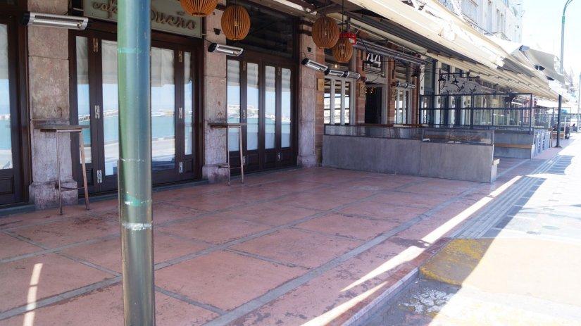 Κλειστά τα καταστήματα στην προκυμαία της Χίου