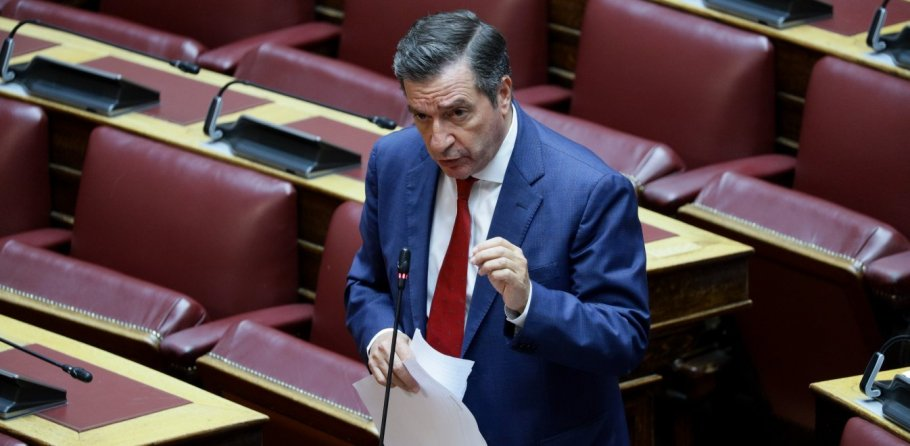 Ο Γιώργος καμίνης στο βήμα της Βουλής