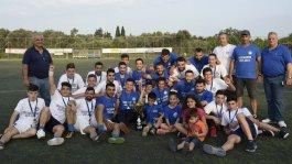 Οι παίκτες του Ομήρου, ο προπονητής τους, Αντώνης Ρυθιανός και οι παράγοντες της ομάδας, μαζί με το Κύπελλο για την κατάκτηση του πρωταθλήματος της Β' Κατηγορίας και την απευθείας άνοδο στη μεγάλη κατηγορία. Φωτό: www.omiroskallimasias.blogspot.gr