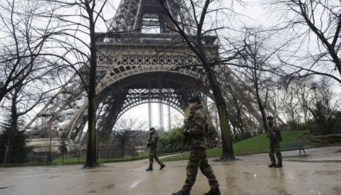 Οι αρχές αποφάσισαν να αντικαταστήσουν τον μεταλλικό φράκτη που υπάρχει σήμερα με έναν νέο από γυαλί