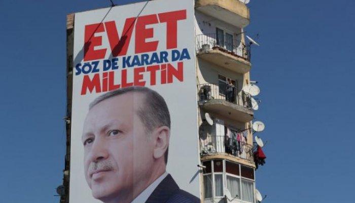 Οι δημοσκοπήσεις δείχνουν αμφίρροπη μάχη στο δημοψήφισμα της 16ης Απριλίου για την ενίσχυση των εξουσιών του Ρετζέπ Ταγίπ Ερντογάν