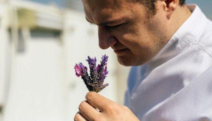 """Ο Αστέριος Κουστούδης, σεφ του εστιατόριου GB Roof Garden της «Μεγάλης Βρετανίας» δίνει οδηγίες για τη σωστή χρήση των """"μυρωδικών"""" στο φαγητό"""