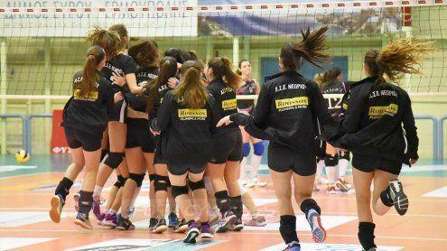 Οι παίκτριες του Νεωρίου Σύρου πανηγυρίζουν την πρόκρισή τους στον τελικό της Ζ' Περιφέρειας στο βόλεϊ Νεανίδων