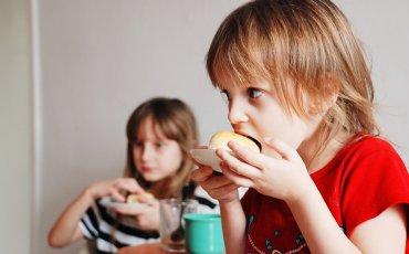 Παιδιά τρώνε πρωινό