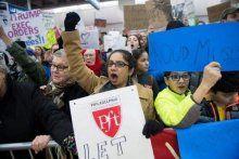 Δεκάδες συλλαλητήρια σε μεγάλες πόλεις εκφράζουν την οργή τους για τους περιορισμούς εισόδου στη χώρα