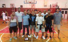 Οι παίκτες του Ερμή Σχηματαρίου, με τον προπονητή τους Γιάννη Τσαούση, φωτογραφίζονται με το κύπελλο, στο Κλειστό της Χίου, για την κατάκτηση της 1ης θέσης στο τουρνουά «Θοδωρής Τριπολίτης».