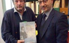 Ο συγγραφέας, αρχιτέκτων και ιστορικός του βιβλίου, Κ. Σπ. Στάικος με τον Γιάννη Ρούντο, διευθυντή εταιρικών σχέσεων και υπευθυνότητας της INTERAMERICAN.