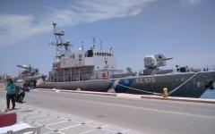 Πεζοπόρο τμήμα πυροσβεστών μεταφέρει στα Ψαρά το σκάφος του Λ.Σ.