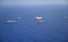 Το Ορούτς Ρέις, συνοδευόμενο από Τουρκικά πολεμικά εντός της ελληνικής υφαλοκρηπίδας
