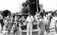 Ο Μάρτιν Σίνκλερ Χουντ (κέντρο) στη Χίο, το 1952.