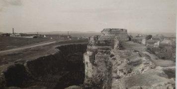 Η βόρεια πλευρά της τάφρου στις αρχές του 20ου αιώνα. Αρχείο Γ. Μουτσάτσου