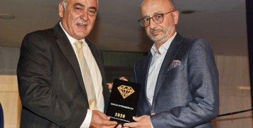 Ο Γιάννης Χατζηθεοδοσίου, Πρόεδρος του Επαγγελματικού Επιμελητηρίου Αθηνών και ο Γιάννης Ρούντος, Διευθυντής Εταιρικών Υποθέσεων και Υπευθυνότητας της INTERAMERICAN, κατά τη βράβευση της εταιρείας.