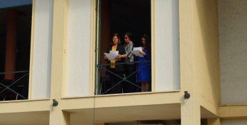 Στην εκφώνηση της παρέλασης οι Ειρ. Αναγνώστου με την Βαγγ. Αμέντα με την πολύπειρη Β. Κριτάκη, που δήλωσε ότι ήταν η τελευταία παρέλαση της οποίας είχε την ευθύνη από μεριάς Περ. Ενότητας