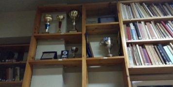 Τα κύπελλα της Μικρασιατικής Αθλητικής Ένωσης Χίου, μετάλλια και ενθύμια που φιλοξενούνται στην ιστορική βιβλιοθήκη του Φάρου