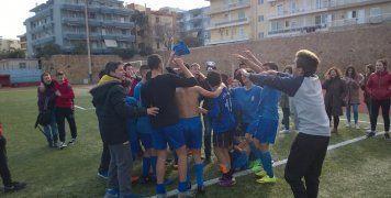 Οι παίκτες του Γυμνασίου Καλλιμασιάς πανηγυρίζουν για την κατάκτηση του τίτλου στο Σχολικό Πρωτάθλημα Ποδοσφαίρου Γυμνασίων.