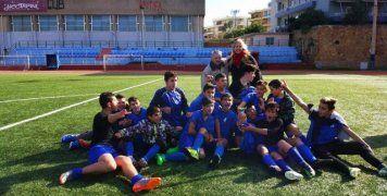 Οι παίκτες του Γυμνασίου Καλλιμασιάς με την προπονήτρια και τον Διευθυντή του Σχολείου τους πανηγυρίζουν για την κατάκτηση του τίτλου στο Σχολικό Πρωτάθλημα Ποδοσφαίρου Γυμνασίων.