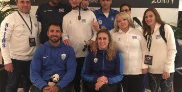 Η Κέλλυ Λουφάκη διακρίνεται κάτω δεξιά στη φωτογραφία (πάντα χαμογελαστή), μαζί  με τα υπόλοιπα μέλη της ελληνικής αποστολής που συμμετείχαν στο Παγκόσμιο Πρωτάθλημα Ξιφασκίας με αμαξίδιο στη Ρώμη. Στο κέντρο της φωτογραφίας με το χάλκινο μετάλλιο κρεμασμένο στο στήθος ο Βασίλης Ντούνης, ενώ αριστερά όρθιος είναι ο ομοσπονδιακός τεχνικός Δημήτρης Κάζαγλης (παλιός πρωταθλητής Ελλάδος στην ξιφασκία).