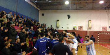 Πανηγυρίζουν οι παίκτες του ΒΑΟΛ μετά τη σπουδαία νίκη τους επί του Έσπερου Καλλιθέας