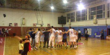 Οι παίκτες του ΒΑΟΛ, ένα κουβάρι, πανηγυρίζουν την παραμονή τους στη Γ' Εθνική, μετά τη νίκη τους επί των Χανίων