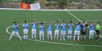 Το Πανεπιστήμιο όπως παρατάχθηκε πριν την έναρξη του μπαράζ με τον Λέοντα Αφροδισίων, στο οποίο επικράτησε με 3-2 και επέστρεψε στην Α' Κατηγορία. Φωτό: www.sportschios.gr