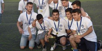 Φωτογραφίζονται με το Κύπελλο για τον τίτλο και την άνοδο στην Α' Κατηγορία, μια ομάδα νέων παικτών του Ομήρου, που προέρχονται από τις αναπτυξιακές του ομάδες.