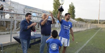 Ο Πρόεδρος της ΕΠΣ Χίου, Κώστας Νικολαΐδης, στην απονομή του Κυπέλλου στον αρχηγό του Ομήρου, Γιάννη Ψαρούδη. Φωτό: www.omiroskallimasias.blogspot.gr