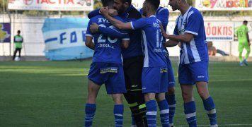 Ο Γιώργος Ξύδας δέχεται τα συγχαρητήρια των συμπαικτών του για το 1-1 με τον ΟΦΗ