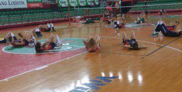 Στο Παλαί Ντε Σπορ της Καρσίγιακα, στο οποίο αγωνίζεται και η ανδρική ομάδα μπάσκετ στο τουρκικό Πρωτάθλημα αλλά και στις ευρωπαϊκές διοργανώσεις, έγιναν οι δύο αγώνες του Νηρέα Καρδαμύλων, την Παρασκευή 28 και το Σάββατο 29/9/18