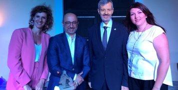 Οι εκπρόσωποι της INTERAMERICAN στα Βραβεία «ΟΙΚΟΠΟΛΙΣ» 2018, Γιάννης Ρούντος, διευθυντής, Χρύσα Ελευθερίου, προϊσταμένη και Βίβιαν Αραβανή - της διεύθυνσης εταιρικών σχέσεων, επικοινωνίας και υπευθυνότητας, με τον Θάνο Ζαφειρόπουλο, πρόεδρο της ΜΚΟ Ecoci