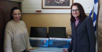 Στιγμιότυπο από παράδοση υπολογιστών σε εκπρόσωπο δημοτικού σχολείου της Νέας Ιωνίας Αττικής.