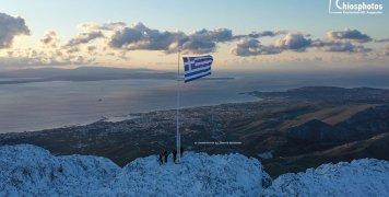 Η ελληνική σημαία στην κορυφή του Πηγάνιου Όρους