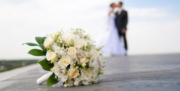 Όσο διαρκούν τα περιοριστικά μέτρα, οι γάμοι θα τελούνται στις εισόδους των εκκλησιών