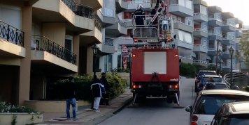 Απεγκλωβισμός δύο ατόμων με το καλαθοφόρο όχημα της Πυροσβεστικής