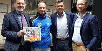 O Μανώλης Παπαδημητράκης, συντονιστής του γραφείου πωλήσεων Κρήτης της INTERAMERICAN, με τον αθλητή του συλλόγου αιμοκαθαιρομένων– μεταμοσχευμένων Μάριο Μαρκόπουλο και συνεργάτες του γραφείου του.