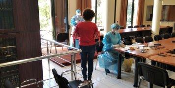 Το κλιμάκιο του ΕΟΔΥ πραγματοποιεί τεστ στους εργαζόμενους του Δήμου Χίου, στην αίθουσα του Δημοτικού Συμβουλίου