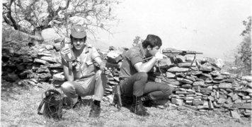 Στο στιγμιότυπο ο Γιώργος Νύκτας επιστρατευμένος τον Ιούλιο του '74 στην περιοχή των Αγ. Αναργύρων Θυμιανών.