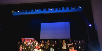 Η εθελοντική ομάδα του 1ου TEDx Chios στη σκηνή του Ομηρείου