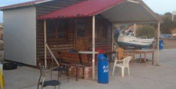 """Η """"παράγκα"""", το καθημερινό «στέκι» των ψαράδων και όχι μόνο στην Αγία Ερμιόνη"""