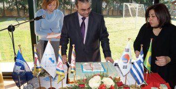 Οι σημαίες του Ομίλου, του ιδρύματος και οι κρατικές σημαίες Ελλάδας, Ν. Κορέας και Βραζιλίας
