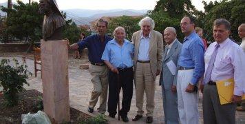 Στην προτομή του μακαριστού Ιωακείμ Στρουμπή με τους αείμνηστους πλέον Αντώνη Γλύκα, Νίκο Χαρτουλάρη, Πάνο Καρασούλη