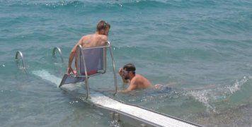 4 μηχανικές ράμπες για ΑμΕΑ σε παραλίες
