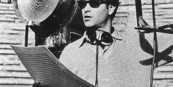 Ο Γιάννης Χρήστου στο Αρχαίο Θέατρο των Δελφών το 1964, για τα γυρίσματα εκπομπής για την αμερικανική τηλεόραση με τίτλο «The Inner World» και αποσπάσματα από αρχαίες τραγωδίες, σε σκηνοθεσία του Αλέξη Μινωτή. Αφηγητής και σχολιαστής ήταν ο γνωστός Βρεταν