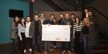 Ο Πάνος Κούβαλης, διευθυντής direct business Anytime, με την ομάδα Heart-Beat που κέρδισε το 1ο βραβείο.