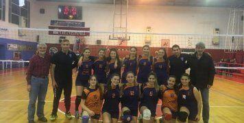 Η ομάδα Κορασίδων του Νηρέα Καρδαμύλων, όπως παρατάχθηκε στον χθεσινό τελευταίο αγώνα για το τοπικό πρωτάθλημα, όπου επικράτησε με 3-0 σετ του ΦΟΚ και πήρε τον 13ο τίτλο στην ιστορία της.