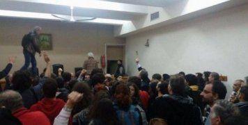 Οι διαδηλωτές έσπασαν τον κλοιό των αστυνομικών
