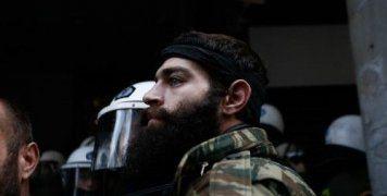 Ο Στιβακτάκης κατηγορείται για την επίθεση με τις κατσούνες εναντίον των ΜΑΤ έξω από το κτίριο του υπουργείου Αγροτικής Ανάπτυξης
