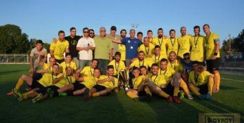 Παίκτες, τεχνική ηγεσία, διοίκηση του Κανάρη, όλοι μαζί πανηγυρίζουν την κατάκτηση του 8ου τίτλου στο πρωτάθλημα της Α' Κατηγορίας στο νησί μας, την περασμένη Τετάρτη στο γήπεδο των Θυμιανών. Φωτό: www.sportschios.gr