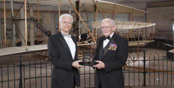 Ο Σταμάτης Κριμιζής παραλαμβάνει το τρόπαιο Smithsonian από τον Διευθυντή του Κέντρου Αεροδυναμικής και Διαστήματος στις ΗΠΑ.